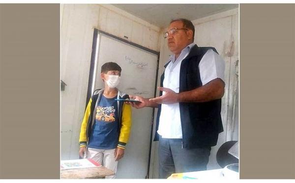 معلمی برای 2 دانش آموز کم برخوردار خود تبلت خرید